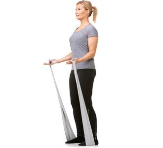 Kvinde træner med træningselastik